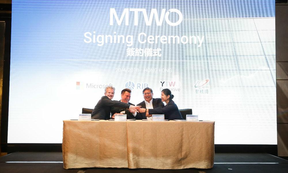 MTWO signing billede.jpg