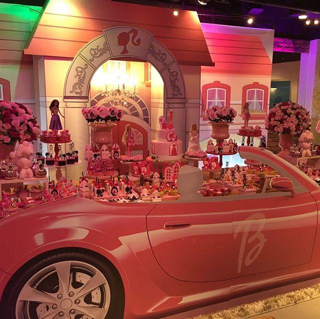 💖 Olha que demais essa mesa da @vanessa_ganc ! Ela queria a mansão da Barbie com o seu carro estacionado!! Van, acho que conseguimos né? 💕 Obrigada ao @pracapitangueirakidz pela parceria durante a nossa montagem 💕 Cenografia @gisele_letrix  #barbie #festademenina #casadabarbie