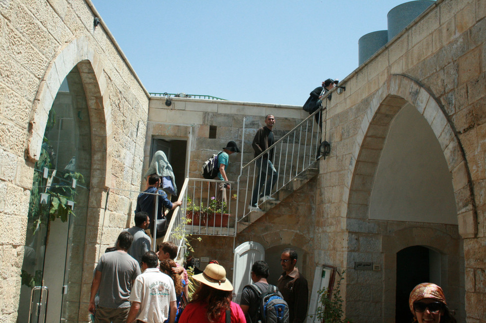 Hebron 2010. The trainees are also looking for answers to their questions, the way the youth normally do, also by visiting the places that reflect the conflict.