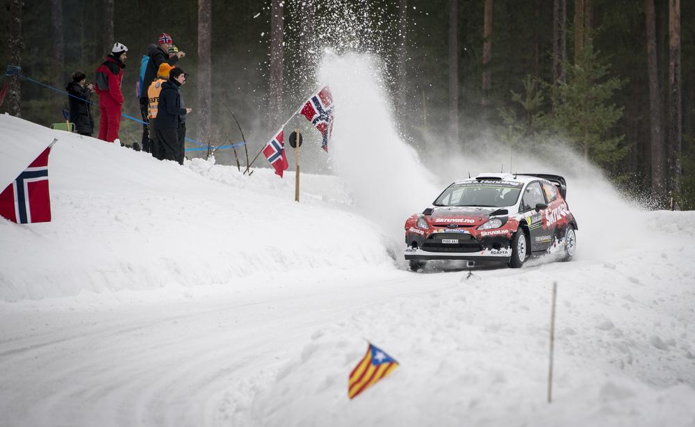 """Eksempel på """"Eventfoto"""". En god vennegjeng er med som publikum på WRC Rally Sweden. De griller og hygger segmens bilene suser forbi dem i 100km/t. Jeg er der for dere og tar bilder av """"eventet"""" og alle i gjengen hvor dere vil få utlevert flere profesjonelle bilder. På denne måten har alle gode bilder til minne om en hyggelig dag sammen."""