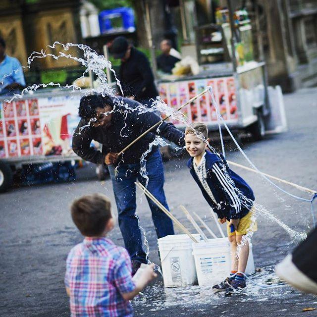 Breaking the bubble. #bubbles #kid #play #soapbubbles #såpebobler #blåsebobler #newyork #centralpark #street #streetphotography #streetartist #manhattan #nikon #nikond750 #travel #travelphotography #usa #freezetime #freezeframe #capturethemoment