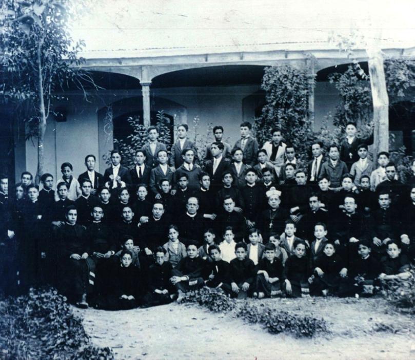 De izquierda a derecha, sentados: David Solís, Francisco Espino, Jerónimos Limas?, P. Leopoldo María Aguilar, ¿?, P. José de la Paz García, Mons. Guízar, P. Manuel Arroyo, P. Miguel Quezada.