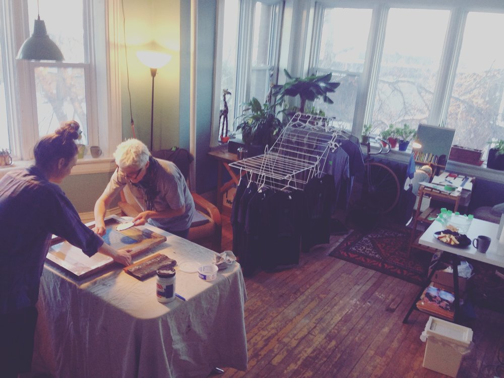 Winnipeg, MB  – Tour prep making merch avec maman et Janelle