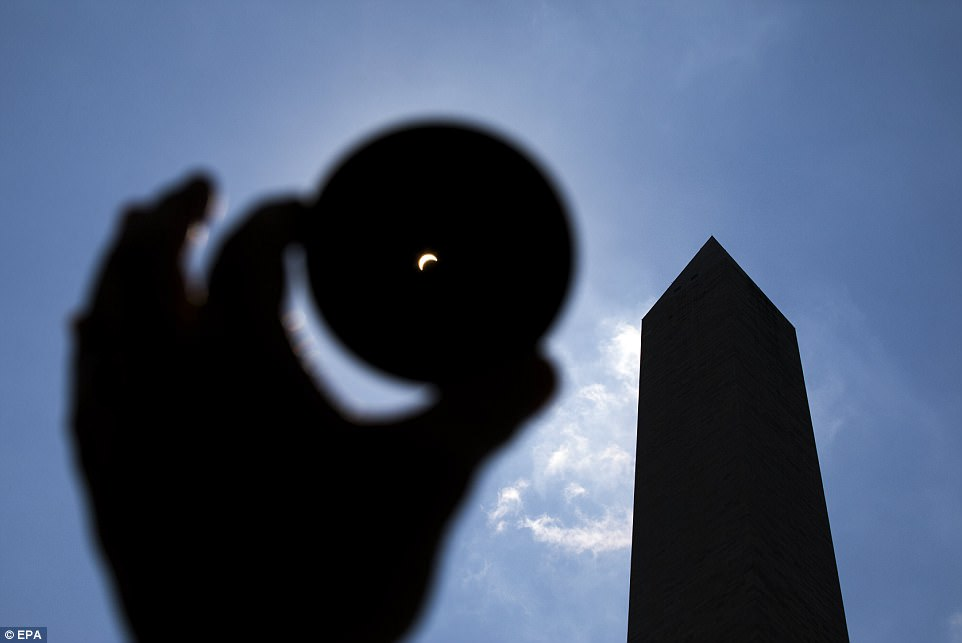4372A61E00000578-4809736-The_moon_eclipsed_the_sun_near_the_Washington_Monument_Eighty_on-a-46_1503348806459.jpg