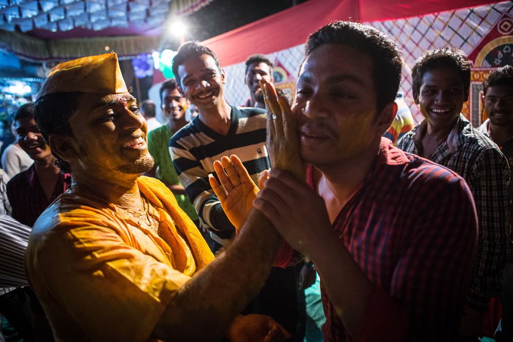 On the very first day in Mumbai, while walking in the little street near my hostel, I got invited to a wedding celeabration for the evening. Here, the groom puts colors on the faces of its guests. You've guessed right, I had the same treatment as well!