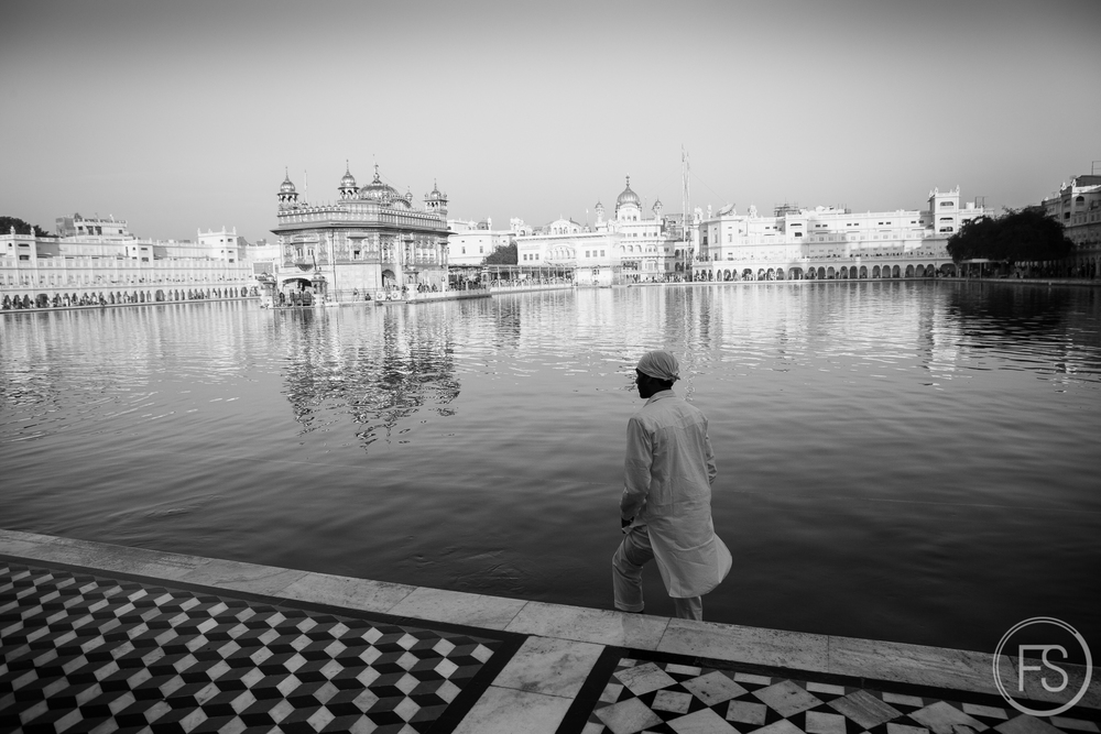 Integrating people in a famous landmark (here the Golden Temple of Amritsar) is a good way to make something different and tell a story.