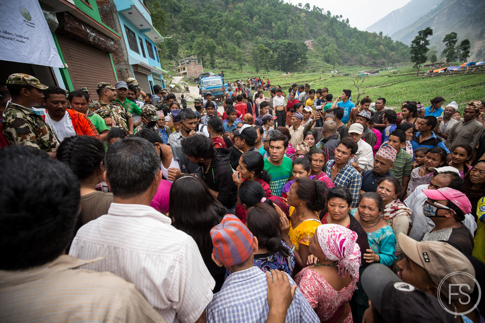 Distribution de nourriture dans les collines de Sindhupalchok.