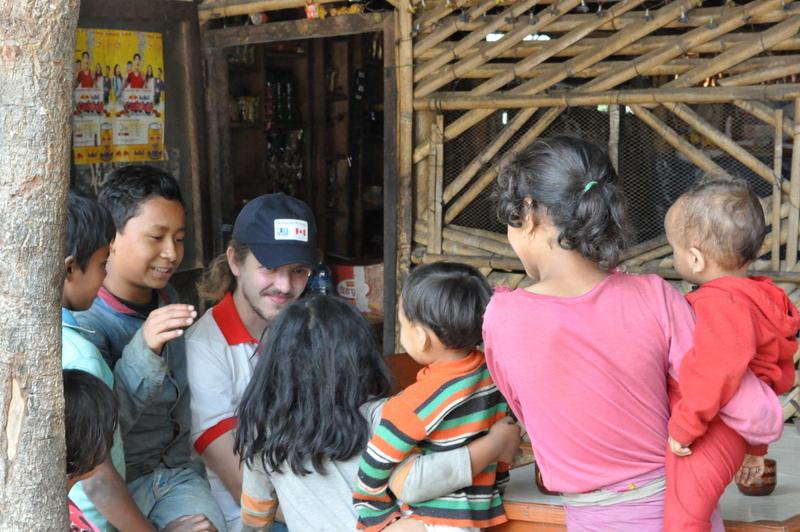 Début de journée relax, entouré d'enfants curieux.