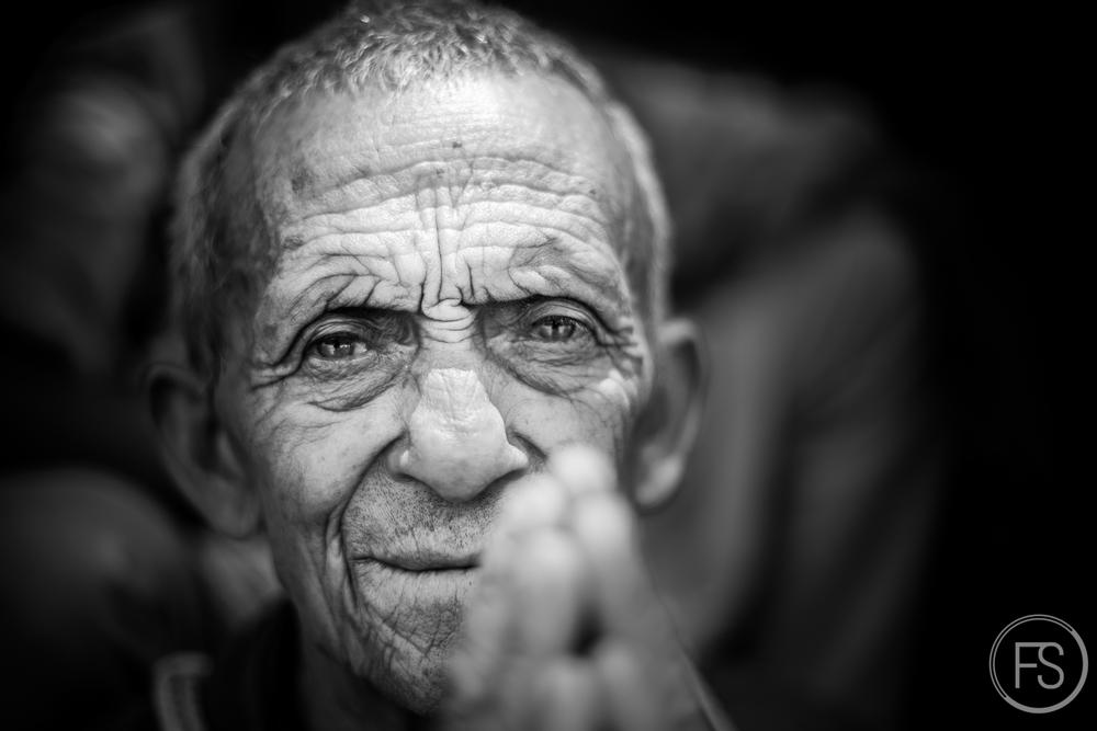 L'homme de la photo #14, tout sourire et tout namaste.
