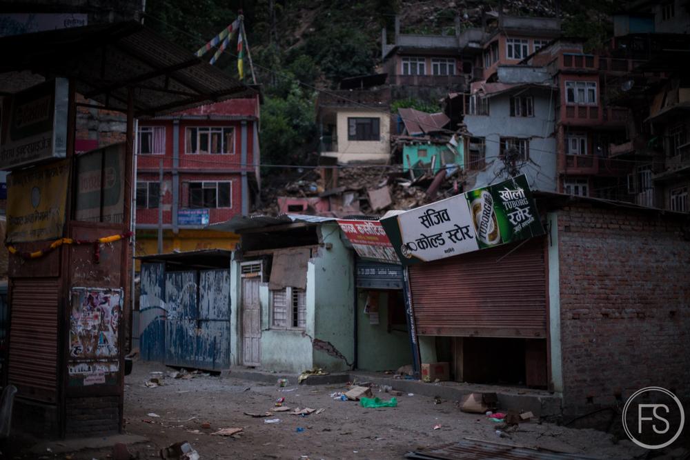 La ville est désertée, la nuit tombe, on se croirait dans un film d'horreur tellement l'ambiance est surréaliste, fantômatique.