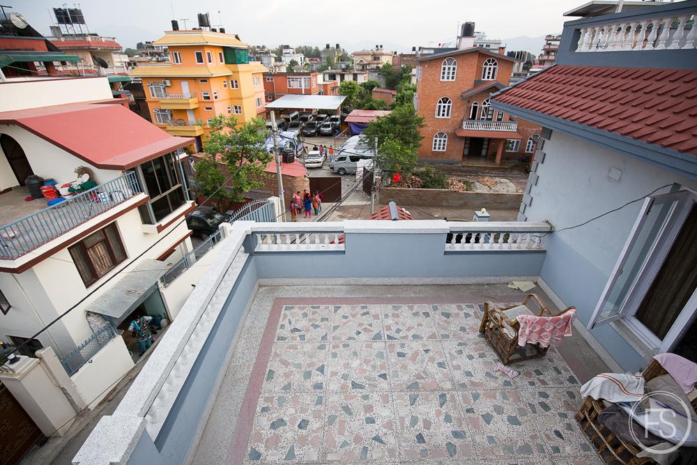 Ma terrasse sur le toit où je prenais des bières après les longues journées sur le terrain, Vue sur le quartier de Baluwatar incluse.