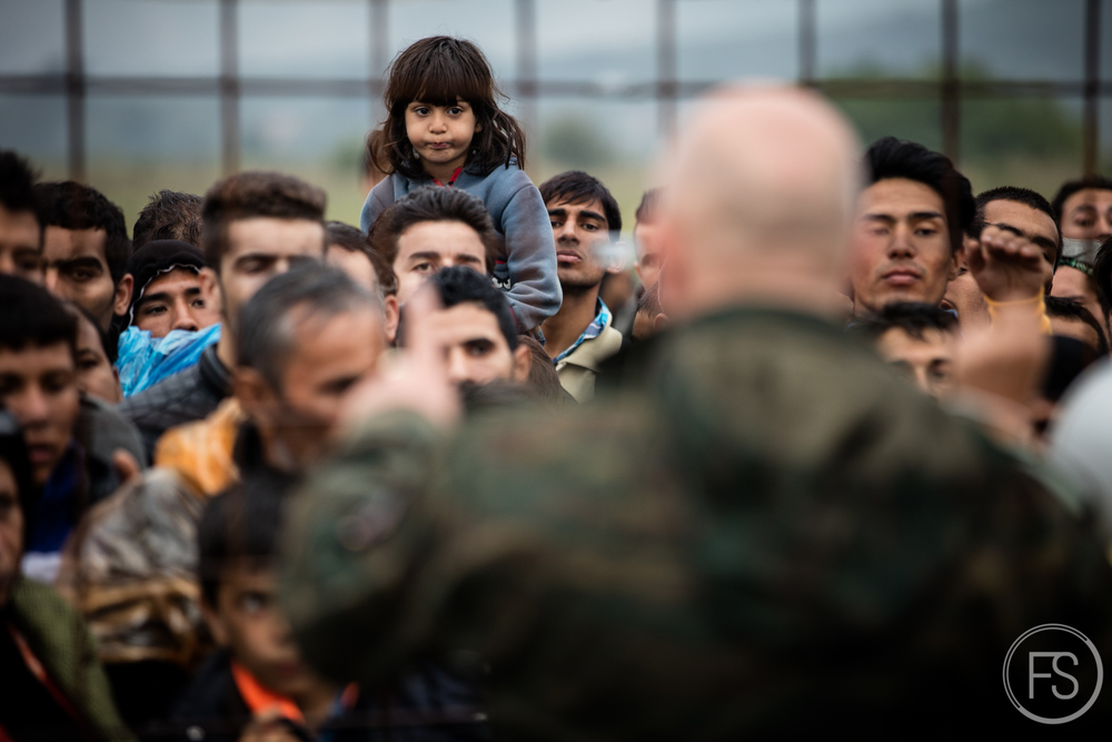 Une petite fille regarde le chaos à l'entrée du camp de Gevgelija qui est habituellement très ordonné.