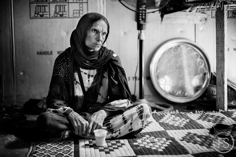 Ayant perdu son mari dans un terrible accident de voiture quelques jours auparavant, cette dame se retrouve maintenant seule et n'a aucun moyen pour se rendre à l'hôpital pour ses traitements de dialise. Les bénévoles et les petites ONG sont loin d'être en mesure de pouvoir apporter un support adéquat pour des cas médicaux si graves et les grandes institutions sont principalement absentes des camps. Région d'Akkar, Liban.