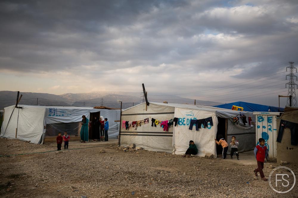 Ce camp de la Vallée de la Bekaa au Liban est principalement habitépar des veuves. Ces femmes ayant perdu leur mari à la guerre ou étant tout simplement abandonnées se sont regroupées dans ce camp qui leur offre davantage de protection contre le trafic humain pour elles et leurs enfants.