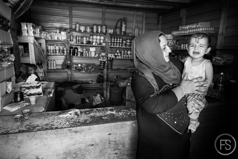 On retrouve habituellement une tente faisant office de magasin général dans la plupart des camps. Un indice supplémentaire du caractère long terme de ces camps qui sont établis depuis longtemps. Ces produits constituent une partie de l'alimentation des réfugiés vivant dans les camps. District d'Akkar, Liban.