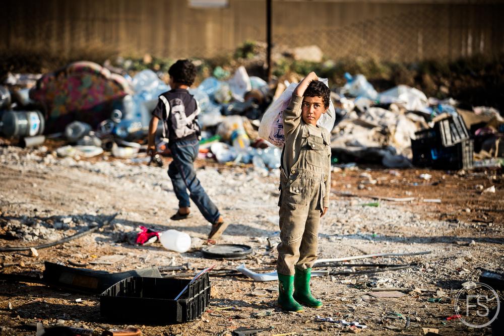 Des enfants travaillant dans un dépotoir de plastique. Afin de payer le loyer et la nourriture, les enfants doivent travailler et rapporter de l'argent à la famille. Le plus souvent, ceux-ci occupent des emplois à trier des déchets dans les dépotoirs ou à travailler dans les champs de la région mais la prostitution et l'esclavage sexuel sont très présents.