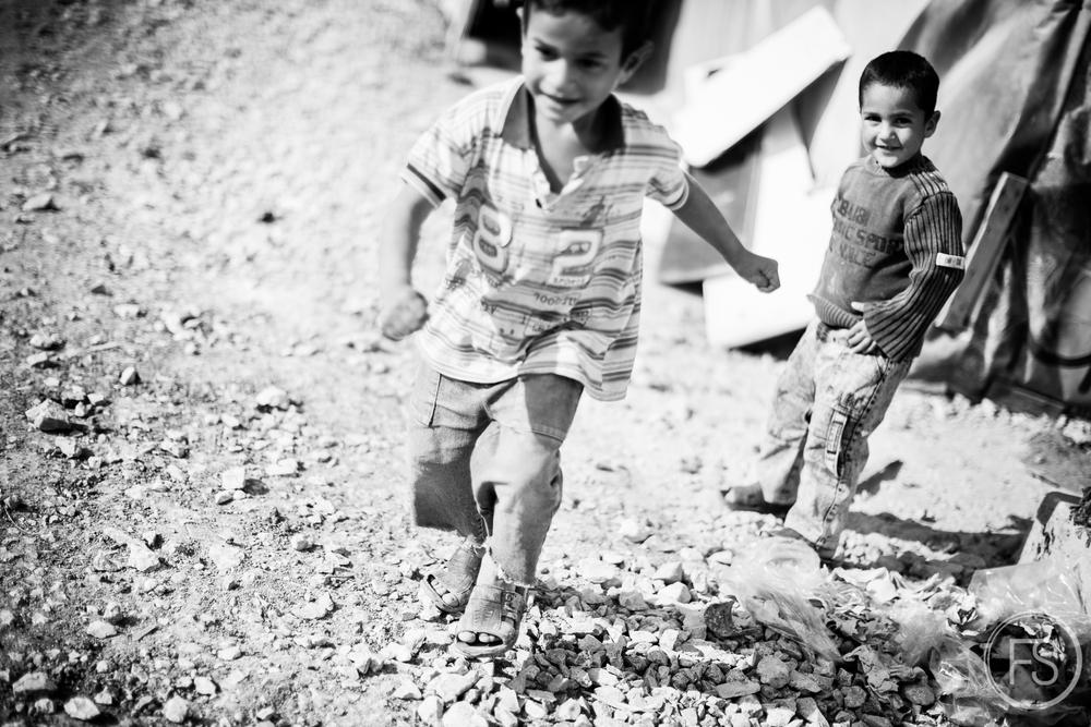 Des enfants jouent dans un camps de la vallée de la Bekaa au Liban. Contrairement à ce que l'on pourrait penser, les hivers dans la région sont particulièrement rudes. L'hiver passé fut inhabituel avec une quantité de neige au sol très importante, faisant beaucoup de victimes chez les réfugiés peu préparés ou habillés adéquatement.