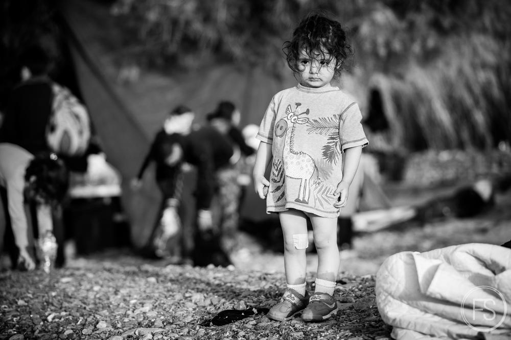 Une jeune fille regarde la mer après être débarquée du bateau sur la plage de Eftalou, Ile de Lesvos en Grèce. Le nombre d'arrivées de bateaux varient grandement selon les conditions météorologiques et politiques mais une journée normale peut en voir arriver une bonne quarantaine de bateaux où s'entassent une cinquantaine de réfugiés.