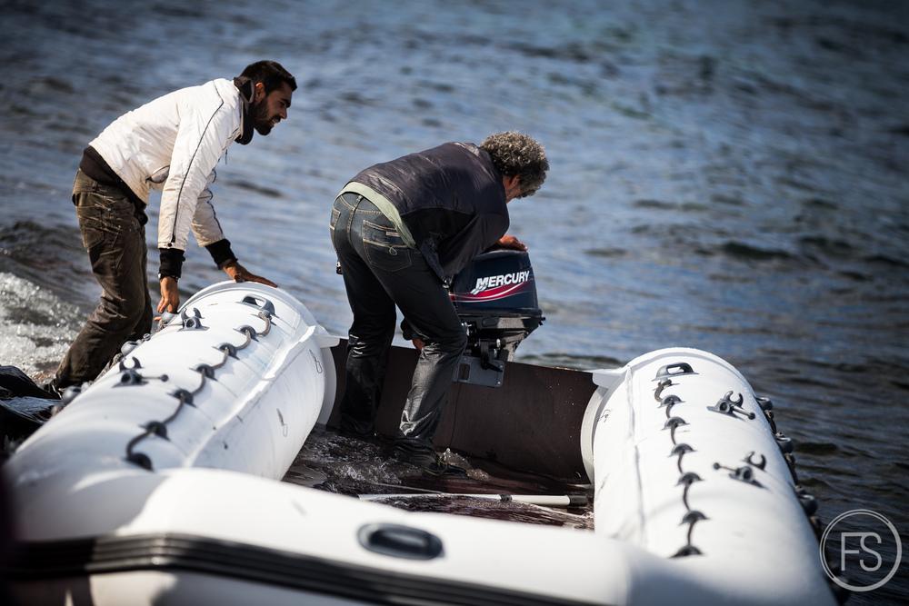 Un autre groupe bien présent et aux intentions moins charitables; les trafiquants de moteurs et de bateaux. Ceux-ci se ruent sur les bateaux afin d'en récupérer les moteurs pour les renvoyer du côté turque afin qu'ils soient réutilisés, réduisant ainsi les coûts de l'opération. Comme ces moteurs ne sont pas conçus pour une telle charge en mer, ils sont pour la plupart inutilisables après une seule traversée. Un moteur déjà utilisé signifie souvent une panne en mer pour les réfugiés. Les bénévoles font tout ce qui est en leur pouvoir pour empêcher ces trafiquants de repartir avec les moteurs et ainsi mettre encore plus en danger la vie des réfugiés.