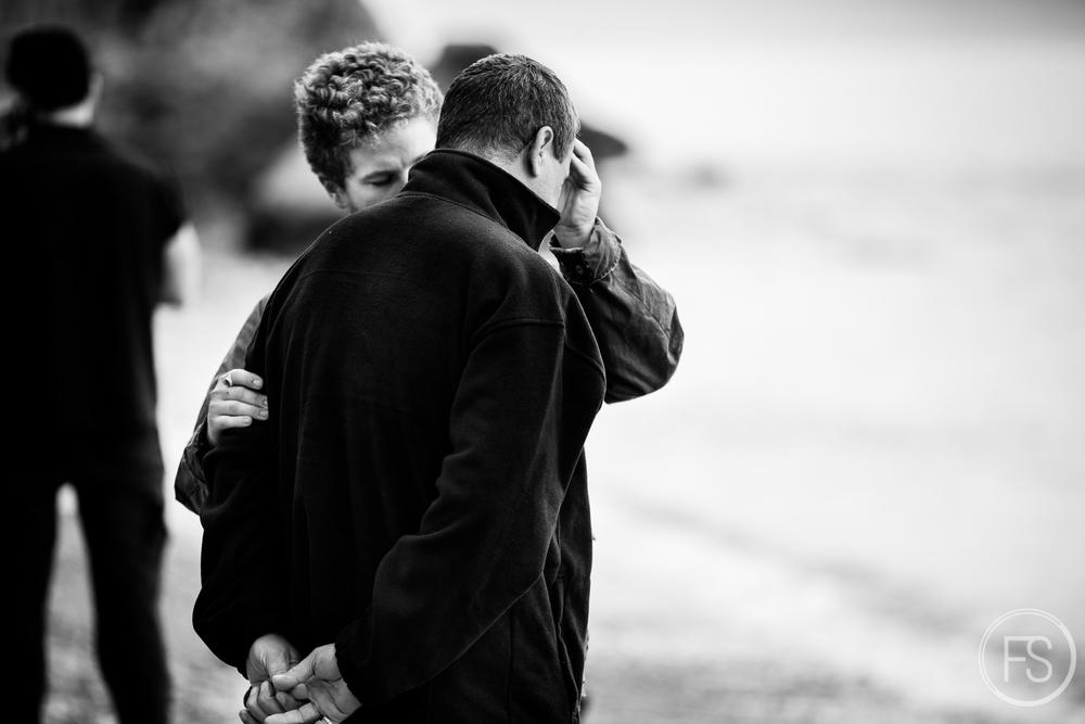 Un bénévole récomforte un homme qui vient de perdre sa femme en débarquant du bateau. Toutes les arrivées ne sont pas sans encombres et la tragédie peut émaner du chaos ambiant.