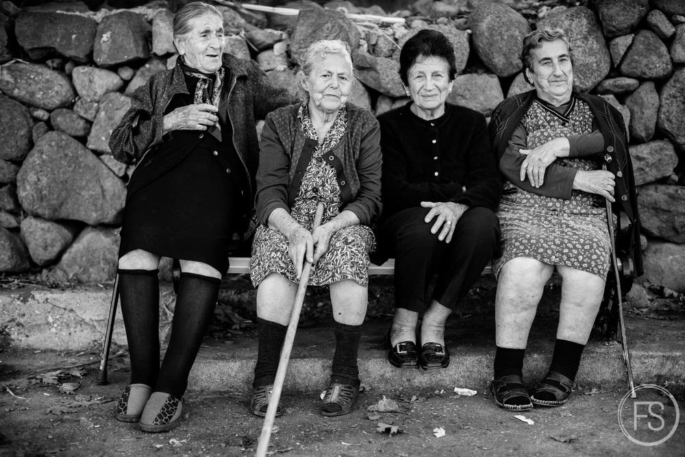Un groupe de dames grecques surveillent les arrivées à la plage de Skala Sikamineas. Souvent sur place, elles font ce qu'elles peuvent pour supporter les réfugiés, donnant informations, conseils ou parfois même les protègant verbalement des autres résidents de l'ile. L'opinion publique des habitants de Lesvos est assez divisé entre ceuix qui voit d'un bon oeil les réfugiés et ceux qui préféreraient ne pas les avoir sur l'ile.