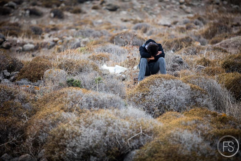 Un homme attend ses proches après être arrivé sur une plage près de Molyvos.