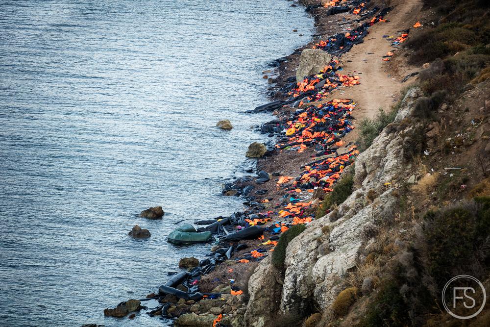 Du haut des falaises, il est possible d'avoir une vue d'ensemble de l'ampleur de la quantité de déchets présents sur l'ile. Certaines plages sont éloignées de la route et extrêmement difficiles d'accès pour les équipes de ramassage et les camions.