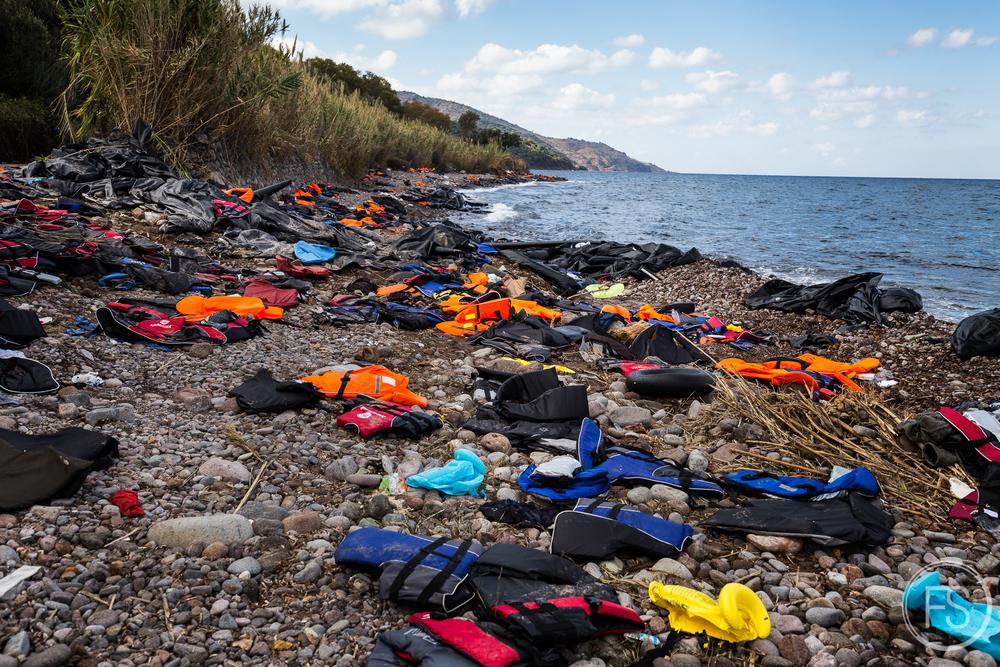 Les déchets jonchent les plages à perte de vue. La plage de Skala Sikamineas est l'une des plus achalandées. Une concentration de déchets à une même place étant accessible par la route facilite cependant les efforts des équipes de nettoyage.
