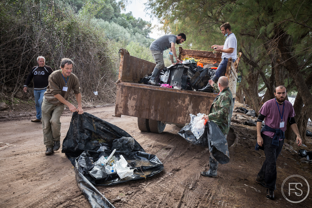 Des bénévoles ayant parvenu à obtenir un camion récupèrent les piles de déchets afin de les apporter dans un site d'enfouissement. Des journeés de nettoyage comme celle-ci réduisent le fardeau environnemental de façon temporaire et il est primordial d'organiser une stratégie à long terme.