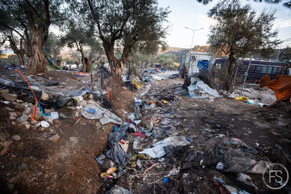 Des déchets à perte de vue dans le camp d'enregistrement de Moria dans l'est de l'ile de Lesvos.Il n'y pas que les berges qui sont menacées par une accumulation de déchets. Les camps de transit et d'enregistrement comme celui-ci voient des milliers de réfugiés y passer à chaque jour et le manque de gestion des ordures cause de graves problèmes.