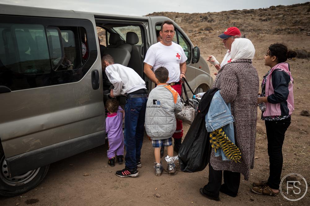 Un service de navette organisé par la Croix Rouge Héllenique supportent les personnes âgées et ayant de la difficulté à marcher de longues distances en les emmenant directement aux camps de transit sur l'ile de Lesvos, Grèce.