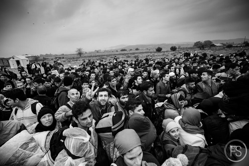 Bousculade entre réfugiés et scènes de chaos alors que tous se précipitent en même temps pour entrer dans le camp de transit de Gevgelija en Macédoine. De telles situations peuvent survenir à l'occasion et les ainés sont particulièrement vulnérables aux dangers de foules. Macédoine.