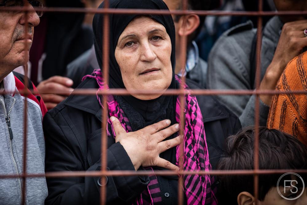 Une dame prise dans une bousculade aux portes du camp de Gevgelija est victime d'un malaise. Macédoine.