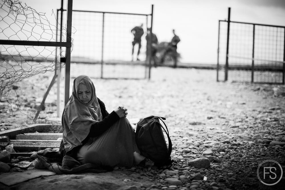 Une dame ayant de la difficulté à marcher est admise dans l'aire d'attente pour le train à Gevgelija en Macédoine.
