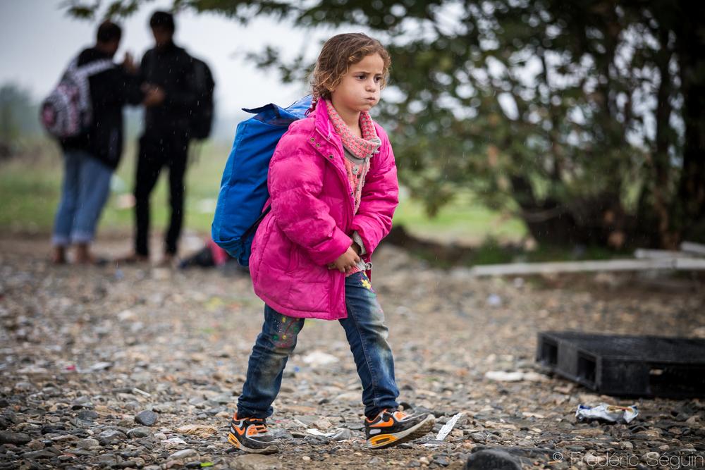 Fatiguée mais toujours déterminée à aller de l'avant. Cette jeune fille arrive finalement dans le camp de transit de Gevgelija, Macédoine (ARYM).