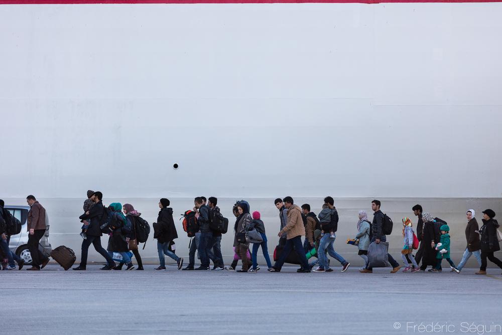 Arrivés en Grèce sur un minuscule et dangereux bateau gonflable ayant fait d'innombrables victimes, les réfugiés arrivent à Athènes sur un immense traversier parfaitement sécuritaire. Pourquoi n'utilise-t-on pas ces mêmes bateaux de la Turquie àAthènes directement?Athènes, Grèce.