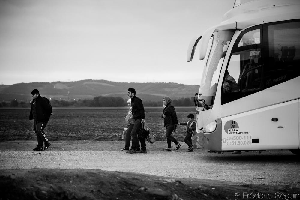 Après le bateau, un autobus pour se rendre au nord de la Grèce à la frontière Macédonienne. Eidomeni, Grèce.