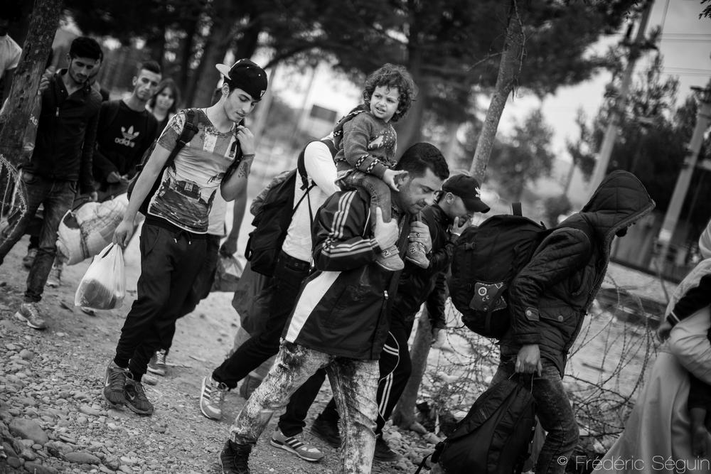 La fameuse frontière entre la Grèce et la Macédoine (ARYM); un espace dégagé entre deux clôtures de barbelés. En octobre 2015, la situation était encore stable et décontractée. Frontière Grèce-Macédoine(ARYM).