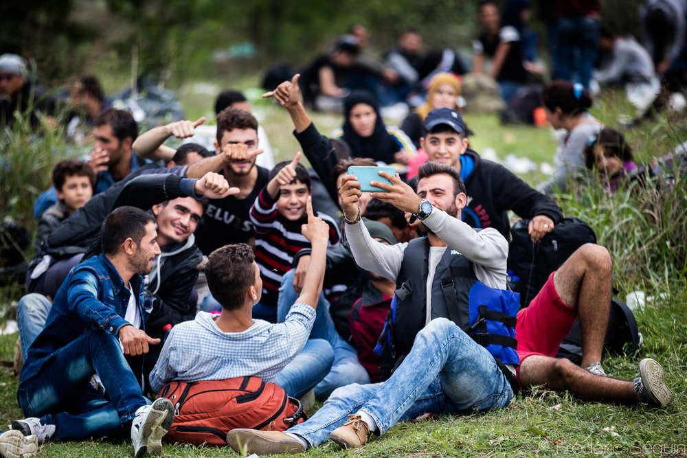 Pas de meilleure occasion pour un selfie de groupe que l'attente avant d'entrer dans le camp de transit. Les réfugiés sont heureux à l'idée de marcher vers leurs nouvelles vies et veulent garder de nombreux souvenirs du périple. Gevgelija, Macédoine (ARYM)