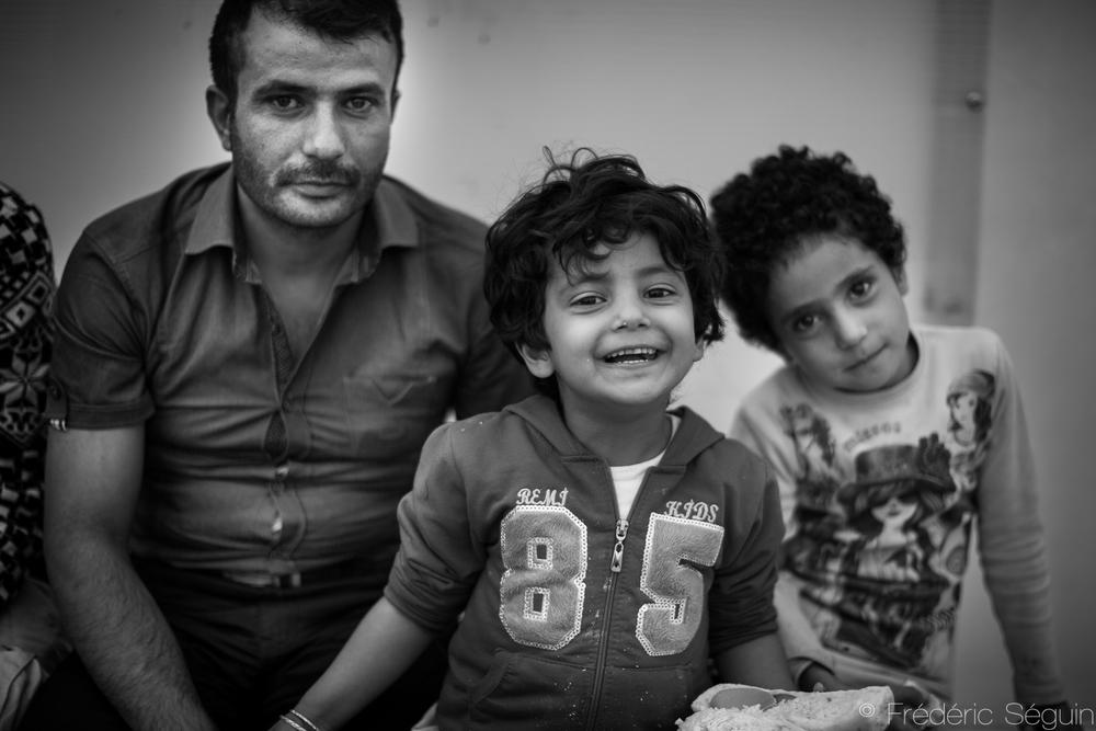 Moment de repos à l'intérieur du camp. Les parents ont d'importantes responsabilités et beaucoup de stress s'ajoutant aux difficultés du voyage et les enfants peuvent faire preuve d'une grande résilience malgré leur jeune âge.Gevgelija, Macédoine (ARYM)