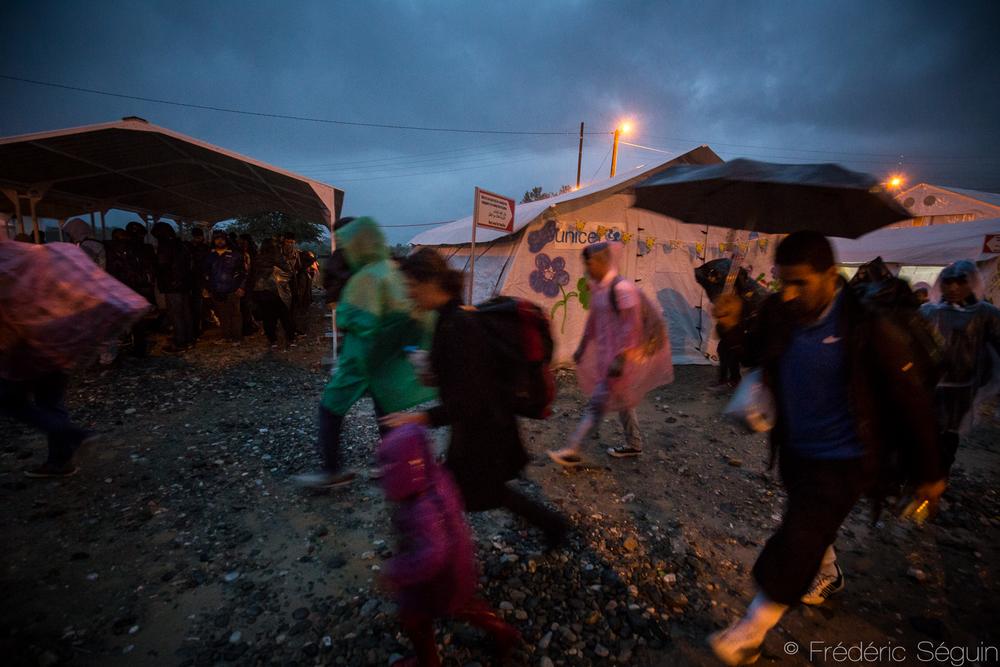La nuit et la pluie ne ralentissent pas le flot de réfugiés mais leur rend la vie plus pénible.Gevgelija, Macédoine (ARYM)