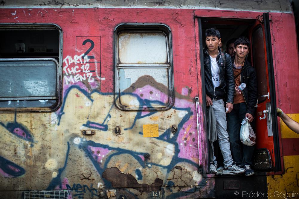 Le train faisant la liaison entre le sud et le nord de la Macédoine coûte habituellement une dizaine d'euros pour un siège individuel évidemment. Pour les réfugiés, il en coûte plus de 25 euros et ils se retrouvent entassés comme des animaux, debout pendant plusieurs heures. Gevgelija, Macédoine (ARYM).