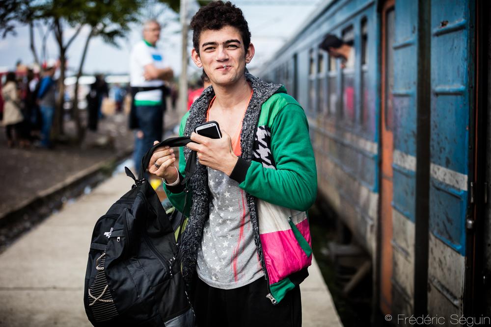 Content d'être sorti du train, cet homme s'apprête à poursuivre son chemin vers la Serbie. Tabanovce, Macédoine (ARYM).