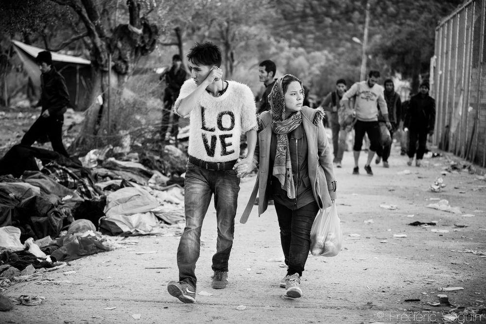 L'amour au temps de l'exil. Comme quoi il est toujours possible de rester soudés même à travers les pires épreuves et qu'une nouvelle vie peut se construire à deux. Camp de Moria, Ile de Lesvos, Grèce.