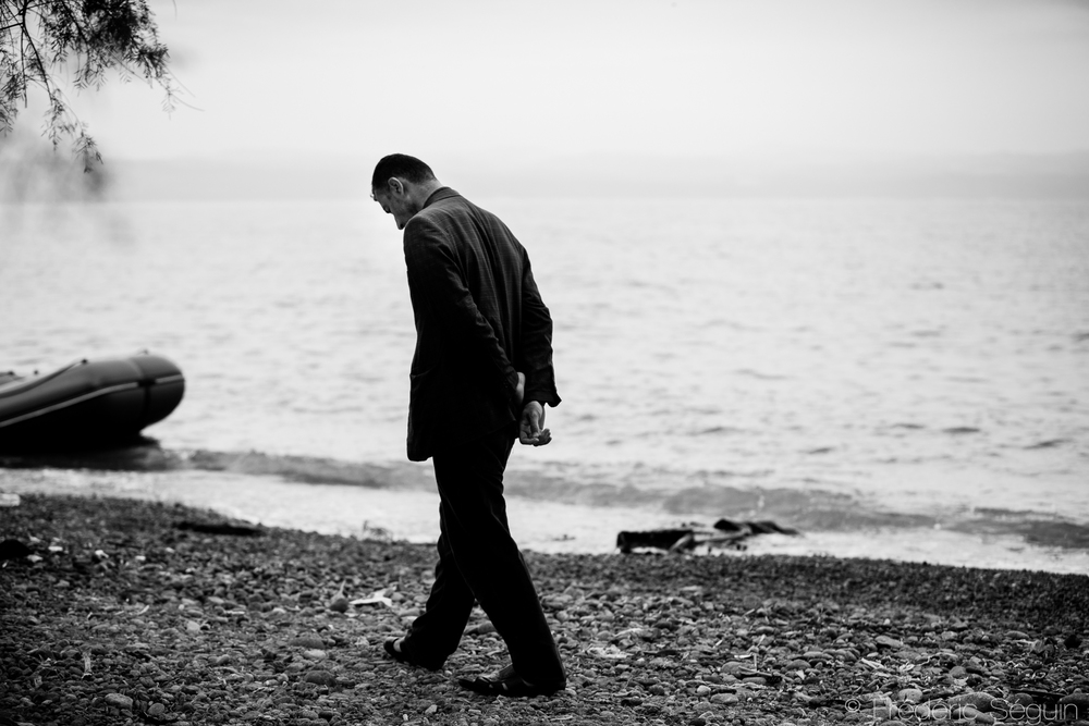 Un homme face à la mer qui vient de lui enlever un membre de sa famille. La traversée est extrêmement dangereuse pour tous, même pour les adultes. Skala Sikamineas, Lesvos, Grèce.
