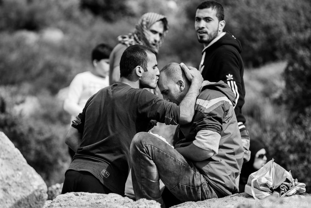 Des amis se font la bise. Les réfugiés sont généralement reconnaissants et conscients d'être en chemin vers une nouvelle vie et leur attitude est bien souvent positive. Camp Oxy, Lesvos, Grèce.mais