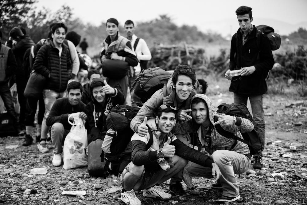 Des groupes d'amis se forment au fur et à mesure du périple et l'atmosphère peut y être légère alors que les photos sont prises pour se rapeller la longue marche. Gevgelija, Macédoine (ARYM)