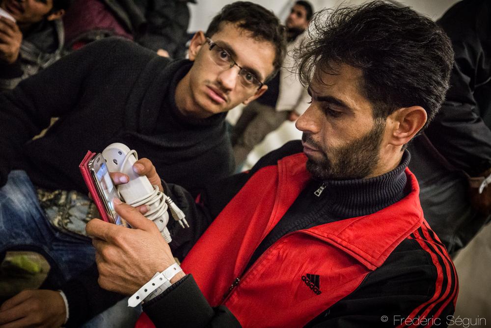 """""""Mon père est en Jordanie et est gravement blessé. Il a besoin d'une chirurgie au cerveau. Pouvez-vous m'aider?"""" Nombre des adultes en exil tentent d'aider leur famille restée dans les camps ou en Syrie. Berlin, Allemagne."""