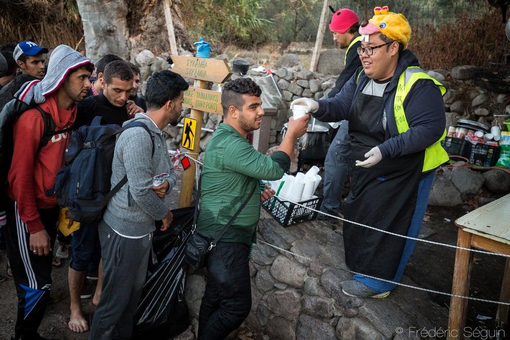 Rayyan, malaisien d'origine et fondateur de The Volunteer Cook offre soupe chaude, repas et sourire aux réfugiés venant d'arriver sur l'ile. Lesvos, Grèce.
