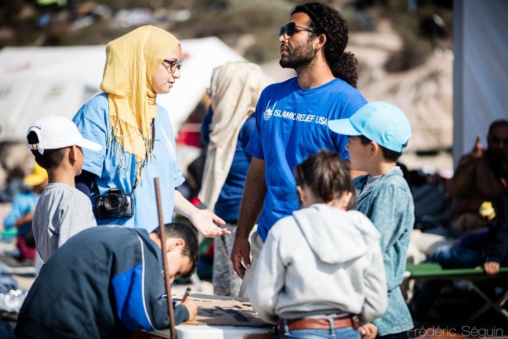 Les volontaires du groupe Islamic Relief jouent le rôle de traducteur pour faciliter une communication souvent ardue avec les réfugiés. Lesvos, Grèce.